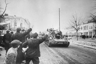 Великая Отечественная война 1941 —1945 гг. Освобождение Польши от немецко-фашистских захватчиков. Висло-Одерская операция, 12 января—3 февраля 1945 г. Жители города Ченстохова приветствуют советских солдат.