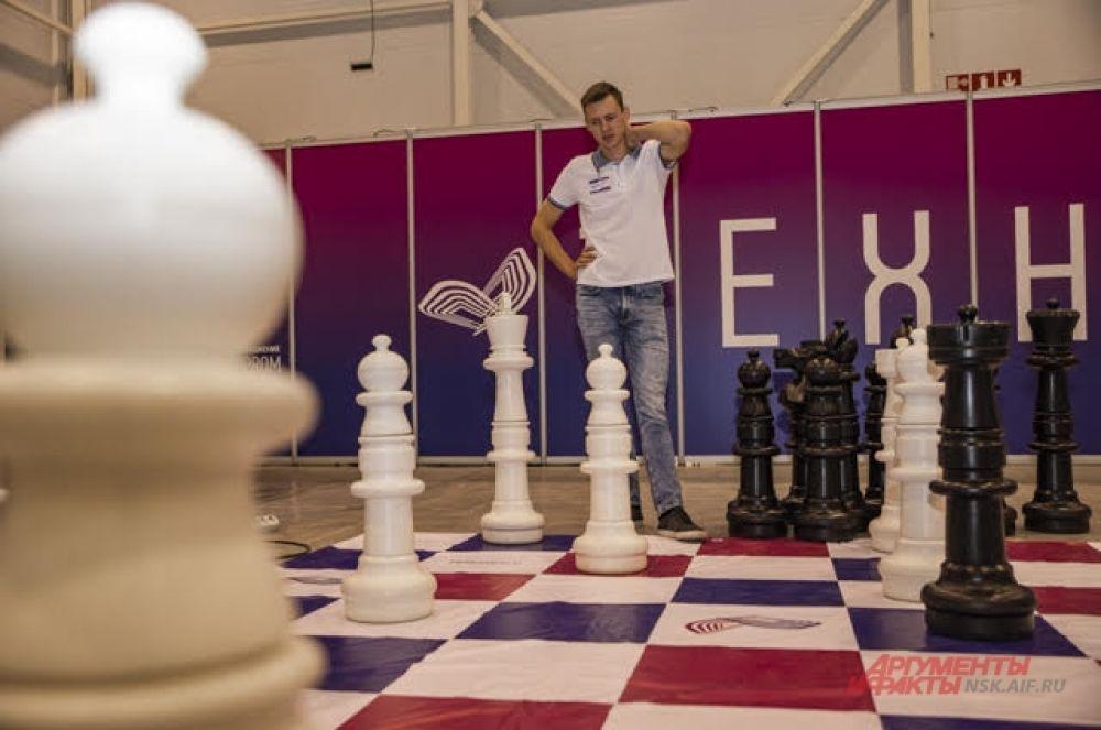 Пока на втором этаже в конференц-залах проходили важнейшие мероприятия по вопросам улучшения научной и образовательной сферы в регионе и в стране, на первом этаже развернулась масштабная выставка. Все желающие могли играть в огромные шахматы