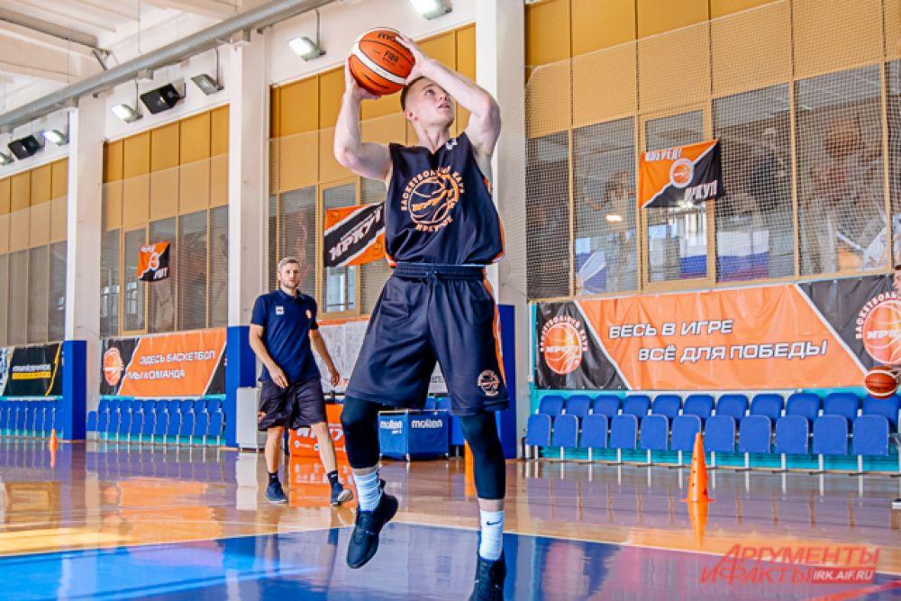 По мнению главного тренера, команда сложилась сбалансированная – в ней есть как молодые, так и более опытные баскетболисты