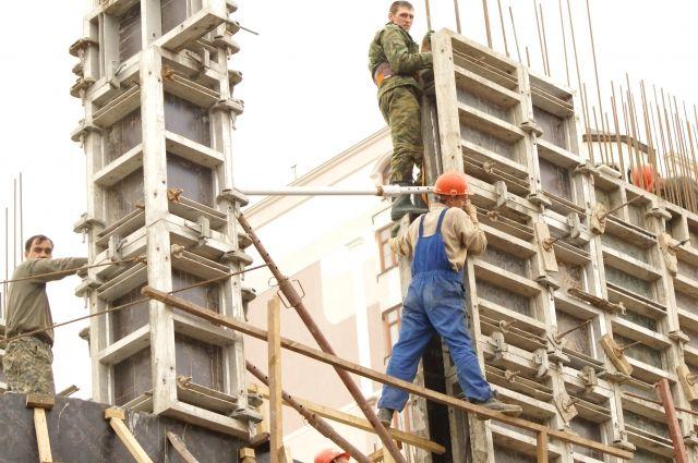 Зарплата строителей в среднем начинается от 30 тысяч рублей.
