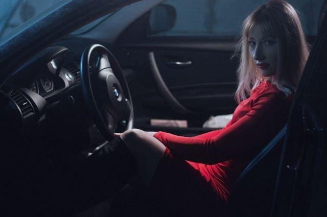 Тюменка, не платившая коммуналку, забаррикадировалась в автомобиле