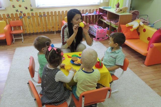 По полдня с детьми общаются на английском языке.