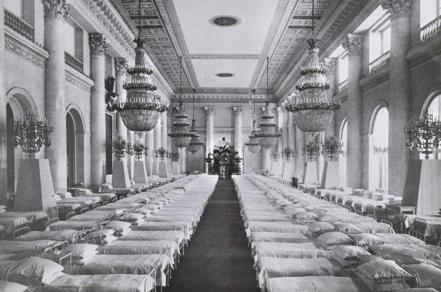 Госпитальная палата в Николаевском зале Зимнего дворца. Октябрь 1915 г. Фото И. Оцупа.