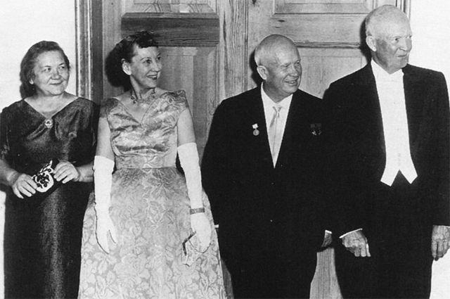Нина Хрущева, Мейми Эйзенхауэр, Никита Хрущев и Дуайт Эйзенхауэр на государственном ужине в Белом доме 27 сентября 1959 года.