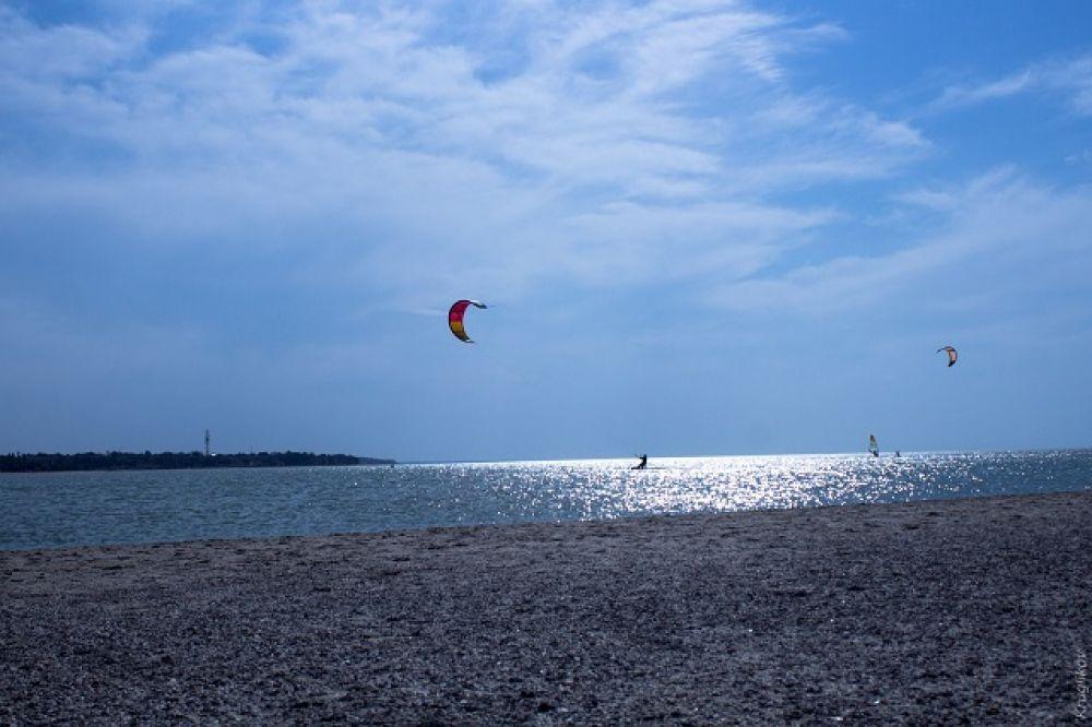 Между косой и Азовским морем есть небольшая бухта-заводь, популярная у любителей виндсёрфинга и кайтсёрфинга.