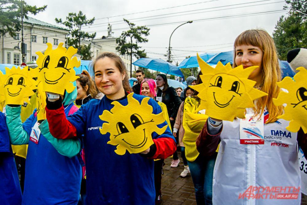 Сначала первокурсников построили на дороге между сквером Кирова и городской администрацией