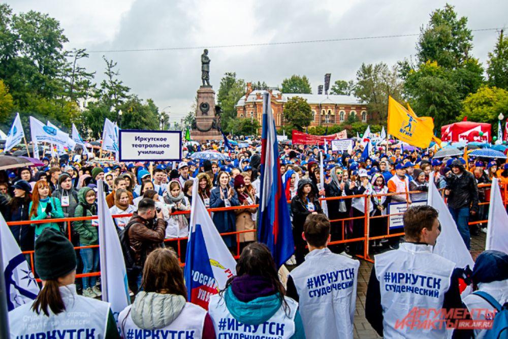 После все первокурсники собрались на площади у памятника Александру III
