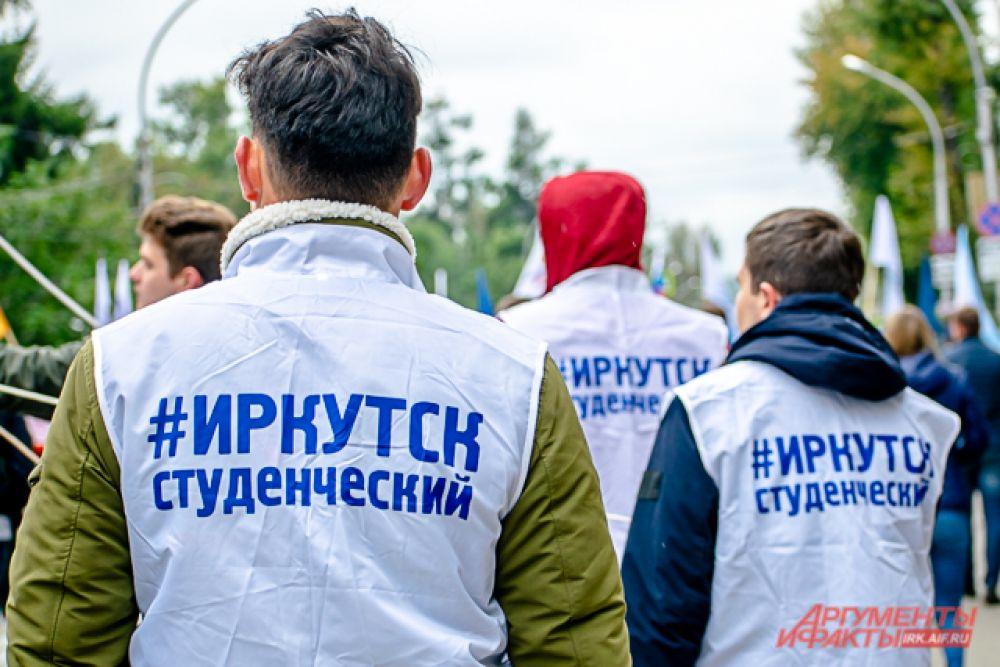Футболки и жилетки с символикой своих учебных заведений первокурсники надевали поверх тёплых кофт и курток