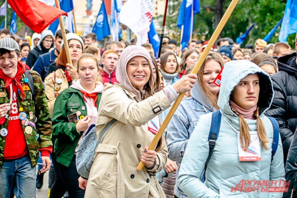 Колонна из шести тысяч студентов двинулась следом за машиной с ведущим по улицам Ленина и Карла Маркса.