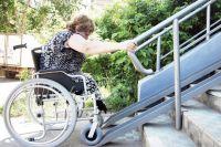 Порой пандус, сделанный для «галочки», или обычное углубление за бордюром становятся для колясочников непреодолимыми.