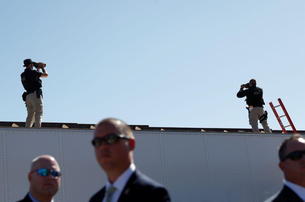 Охрана Дональда Трампа у стены на границе США и Мексики.
