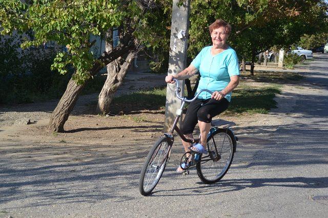 На 82 году жизни Раиса Даниловна лихо рассекает на велосипеде.