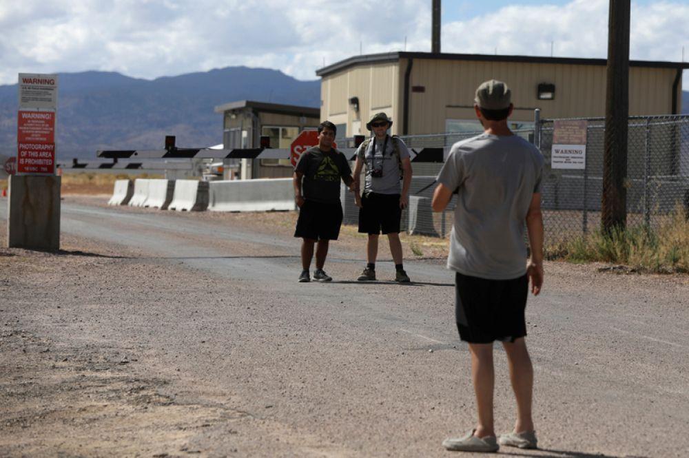 Участники «штурма» фотографируются на фоне ворот.