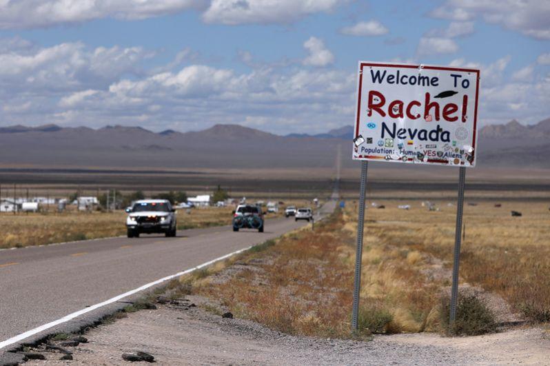 Движение на шоссе 375 у города Рэйчел, штат Невада, где расположена «Зона 51».