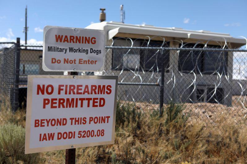 Предупреждения у входа в «Зону 51». «Мы не советуем никому пытаться проникнуть на территорию, где мы тренируем американские вооруженные силы», — заявили в ВВС США.