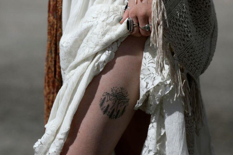 Участница «штурма» демонстрирует татуировку на теле.