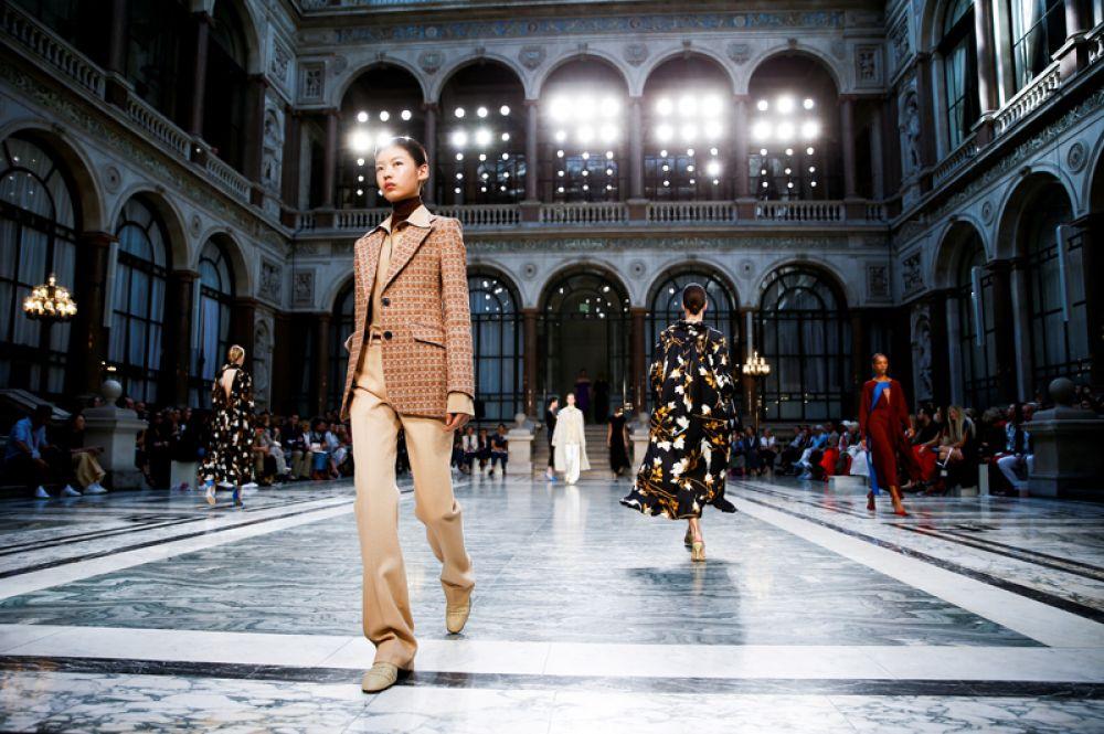 Модели на показе Виктории Бекхэм на Лондонской неделе моды.