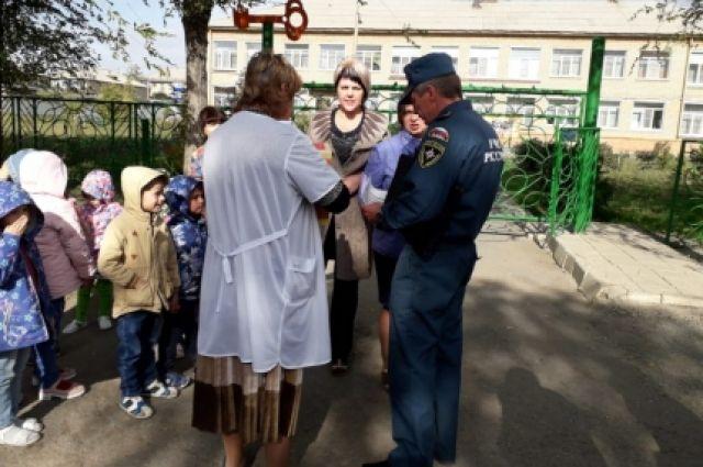 Дети и персонал быстро покинули здание детского сада.