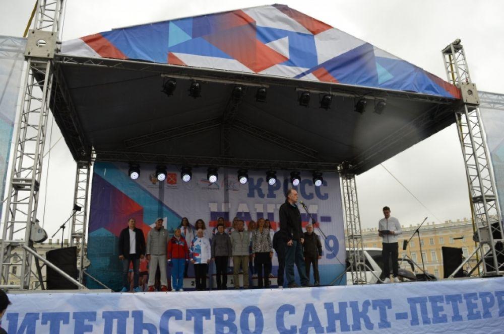 Спортсменов со сцены приветствовали Олимпийские чемпионы и депутаты.
