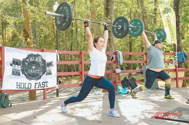 В поднятии тяжестей женщины и мужчины соревновались едва ли не на равных.