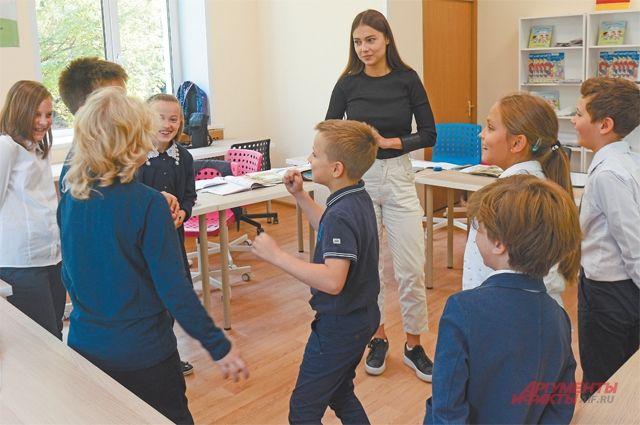 Занятия проводятся не только длястарших школьников,  но идля первоклашек. Они осваивают разговорную речь наиностранных языках особенно легко.