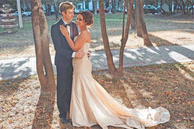 Свадьба вЗюзине: музыканты Евгений иДарья Златины во дворе своего дома наНахимовском проспекте.