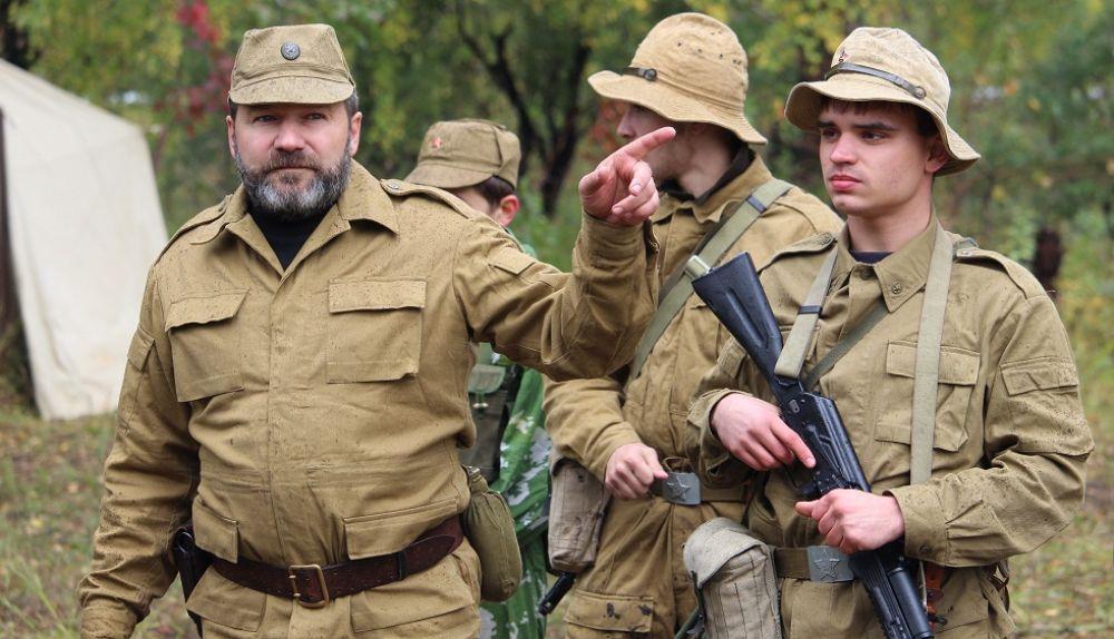 Советские бойцы и офицер перед маршем