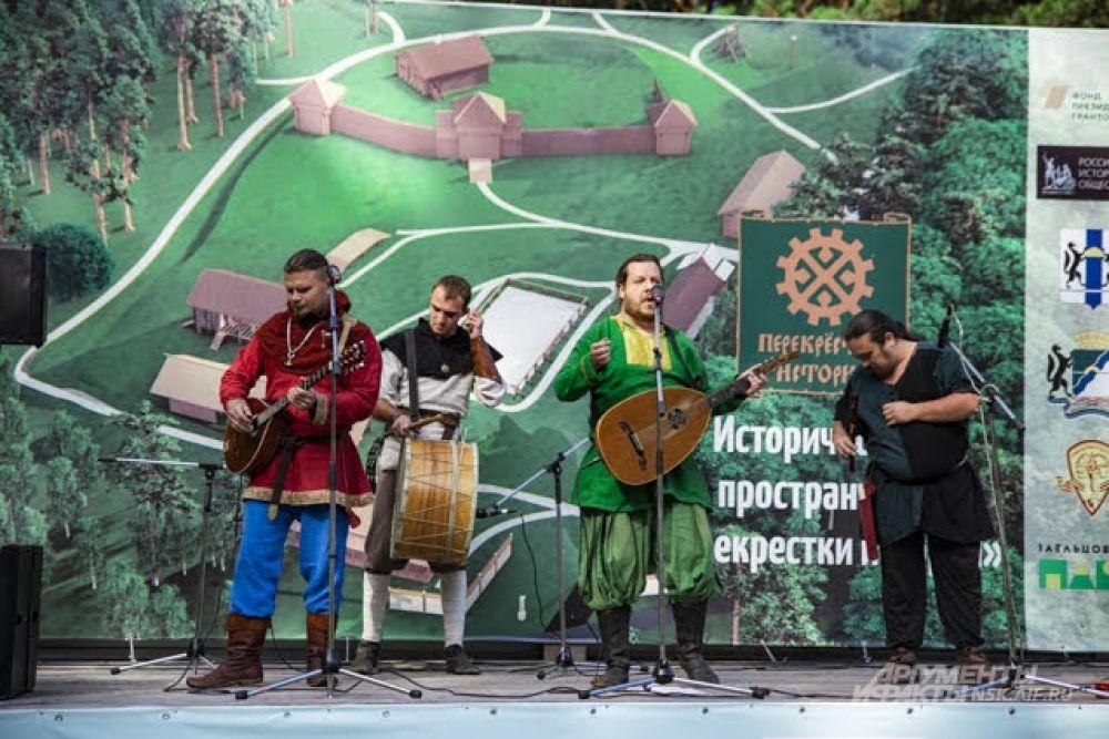 На мероприятии выступила фолк-группа «Переплут». Ее средневековая музыка помогла гостям погрузиться в историческую атмосферу.