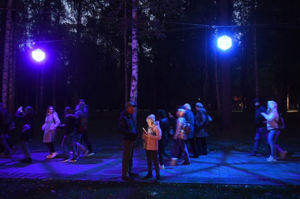 Зрители на площадке фестиваля «Круг света» на территории парка «Останкино».