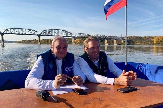 В ходе прогулки Сергей Цивилев и Джон Вайдеман обсудили реконструкцию старого моста.