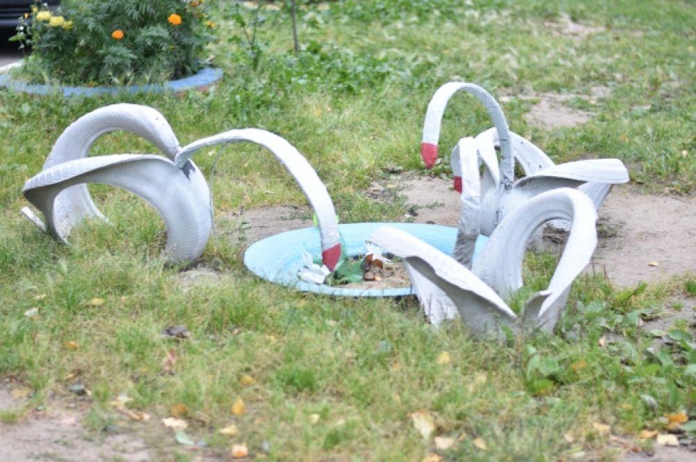 Ох уж эти лебеди! Посмотрите, как они исхудали, ведь кормушку уже давно не пополняли.