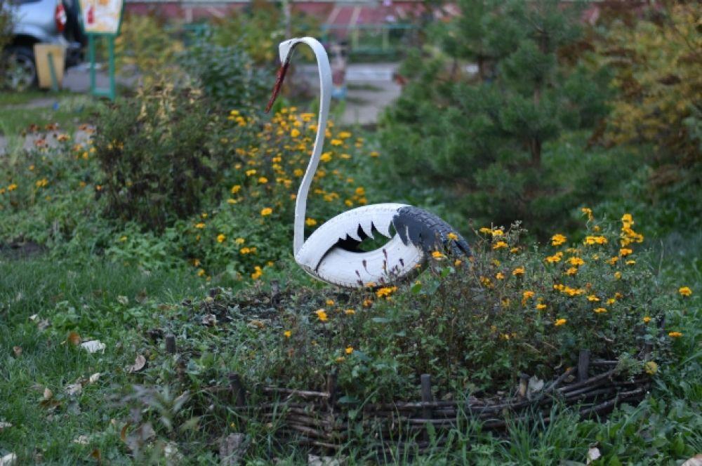 А этому красавцу жить веселее! Жильцы сделали для него гнездо.