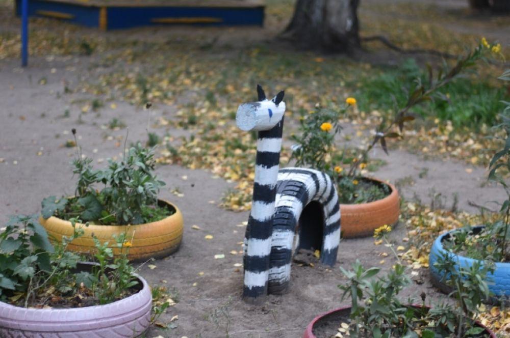 Зебры из покрышек и дерева довольно распространены в омских дворах.
