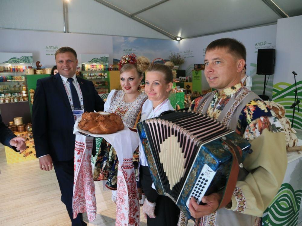 По традиции земляки радушно встречают гостей хлебом-солью