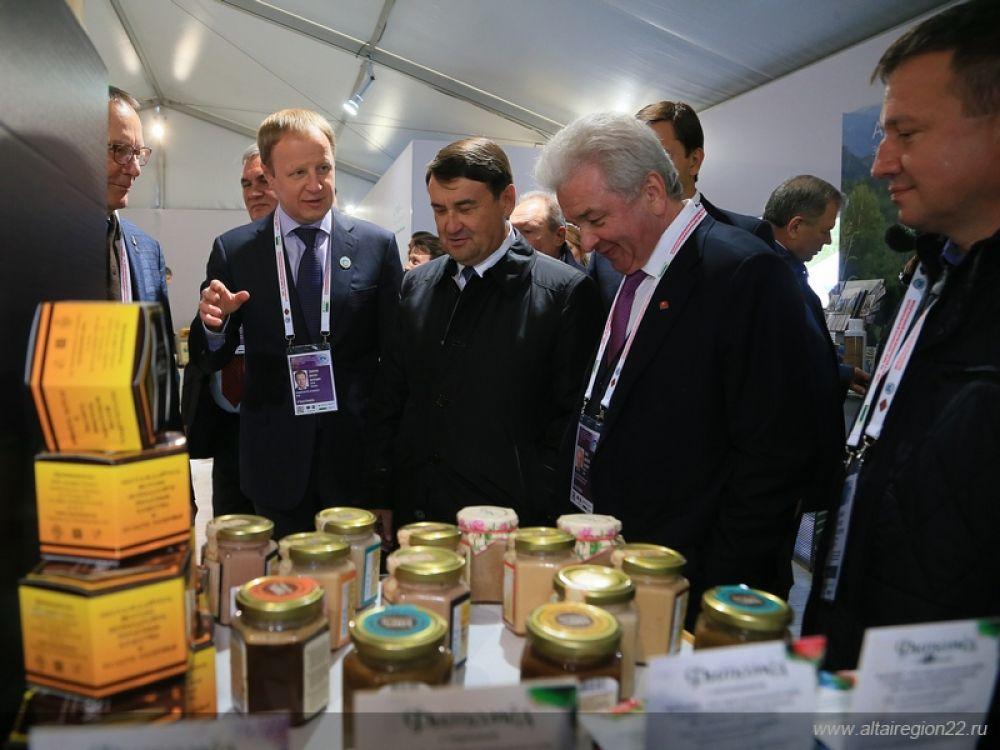 «Делегация края достаточно широко представляет весь объем продукции, которую сегодня реализуют наши предприятия сельхозкооперации, потребительской и промышленной кооперации», - рассказал и показал высоким гостям форума Виктор Томенко