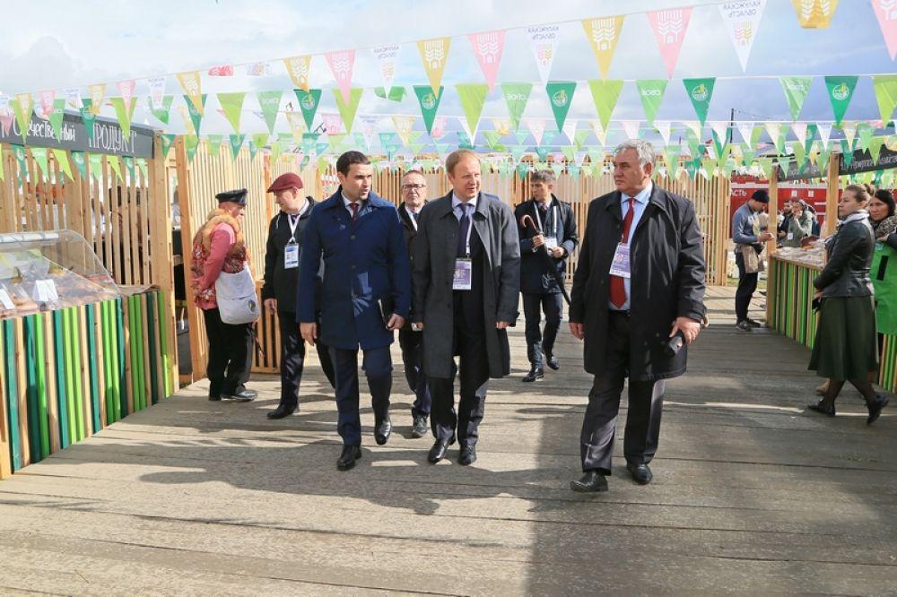 Делегацию края, в которую вошли специалисты предприятий потребкооперации, пищевой и перерабатывающей промышленности, возглавлял губернатор Виктор Томенко