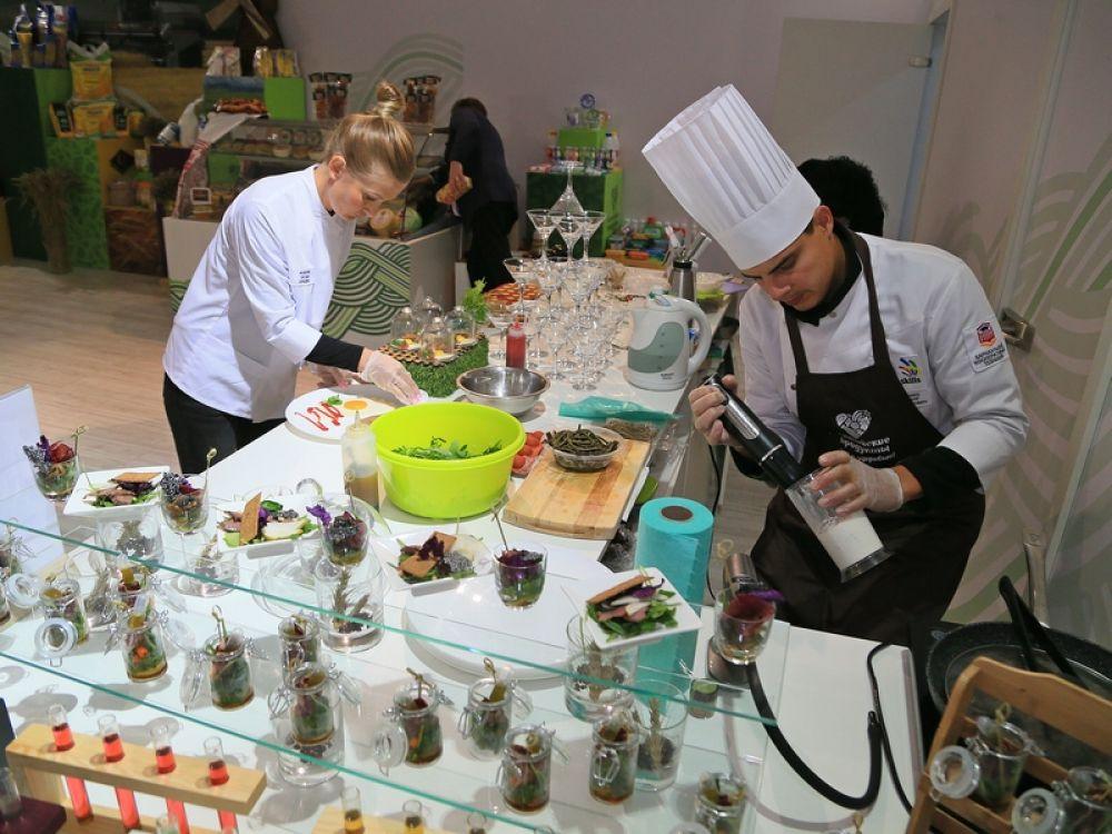 В дегустационной зоне алтайского павильона посетителям предложили блюда из натуральных местных продуктов и эксклюзивные напитки