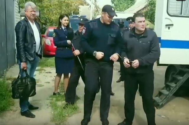 Член банды «Тверские волки» Александр Агеев на следственном эксперименте возле дома Михаила Круга.