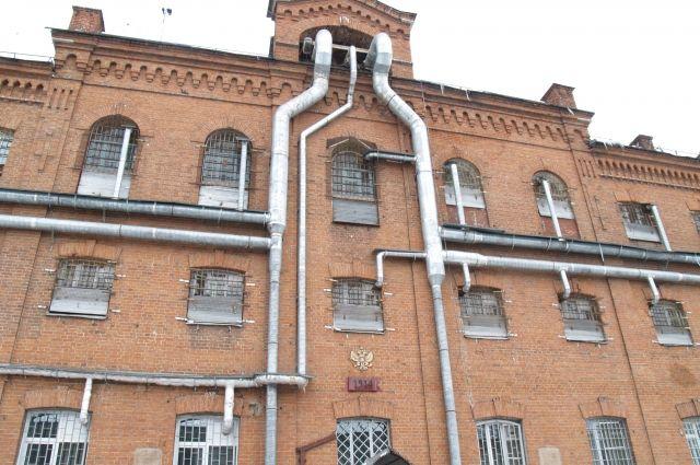 Тюрьму построил инженер-строитель, который потом в ней и сидел. Стены такие крепкие, что сбежать из острога невозможно.