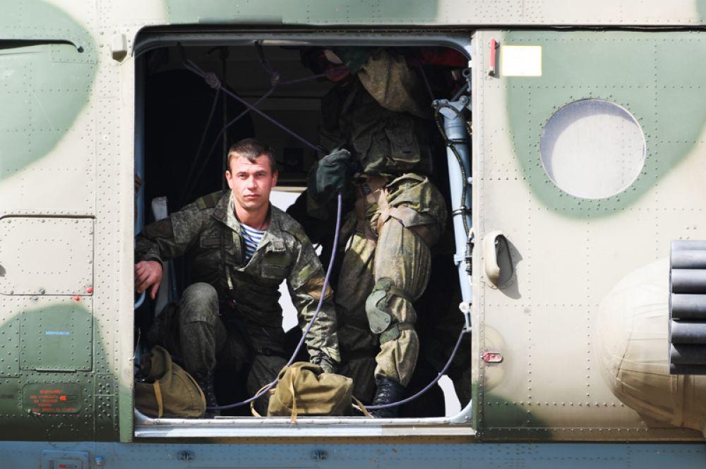 Вертолет Ми-8МТШ высаживает десант.