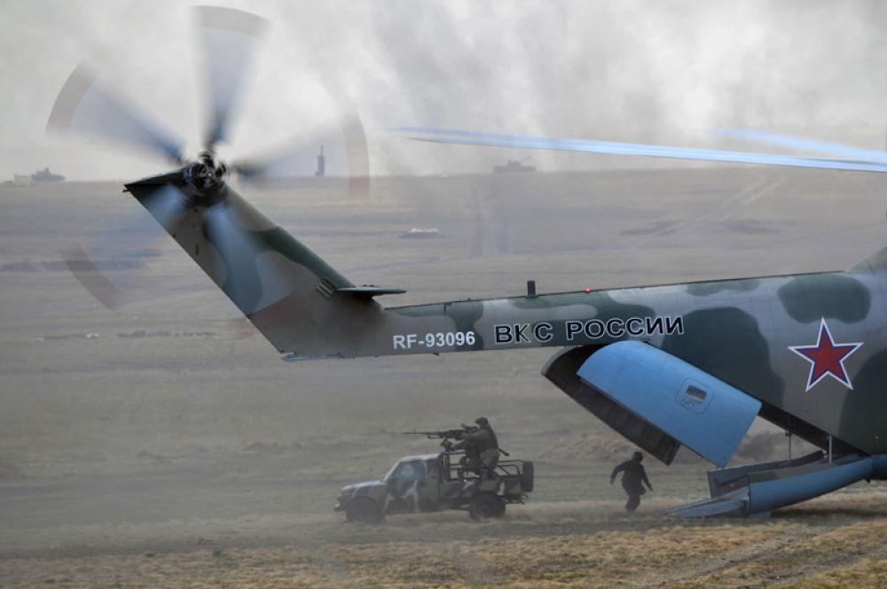Военнослужащие десантируются из вертолета Ми-26 во время основного этапа учений «Центр-2019».
