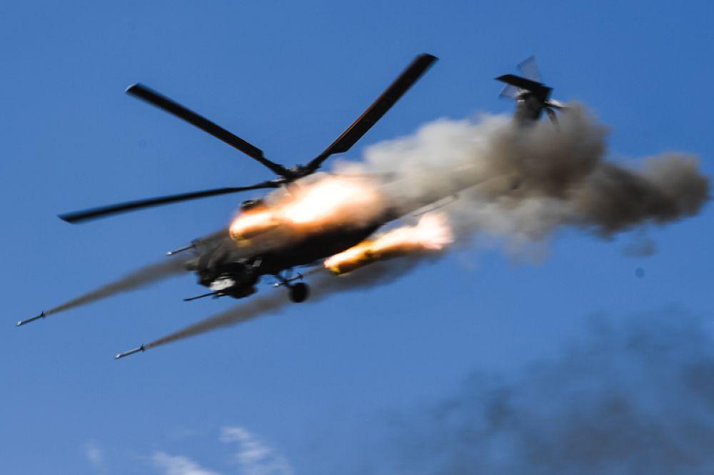 Вертолет Ми-8 во время основного этапа учений «Центр-2019».
