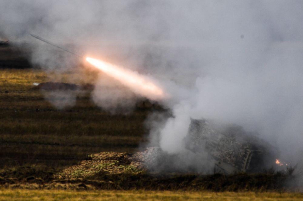 Тяжелая огнеметная система (ТОС) залпового огня ТОС-1а «Солнцепек» в действии.