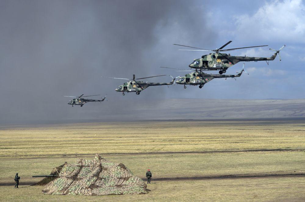 Вертолеты Ми-8 во время основного этапа учений «Центр-2019».