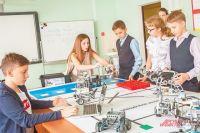 На занятиях поробототехнике ребята учатся создавать роботов исамостоятельно писать программы.