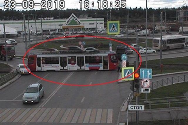 Трамваи стоят по направлению в центр города.