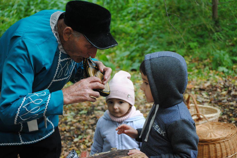 Николай Никитович Егоров умеет плести лапти и каждый год приезжает в Аксаково.