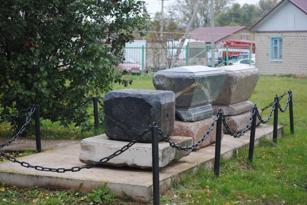 Надгробья долгое время лежали за околицей села, сейчас их вернули на место семейного склепа семьи Аксаковых.