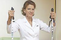Врач лечебной физкультуры Маргарита Нелюбина старается разнообразить тренировки с помощью спортивного инвентаря.