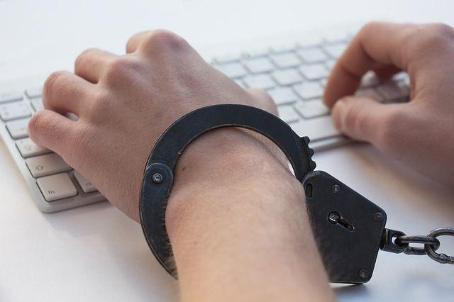 Мужчина совершил преступление через Интернет.
